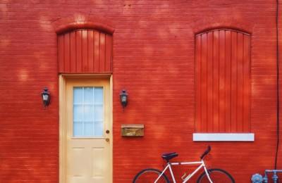 Foto eines roten Wohngebäudes